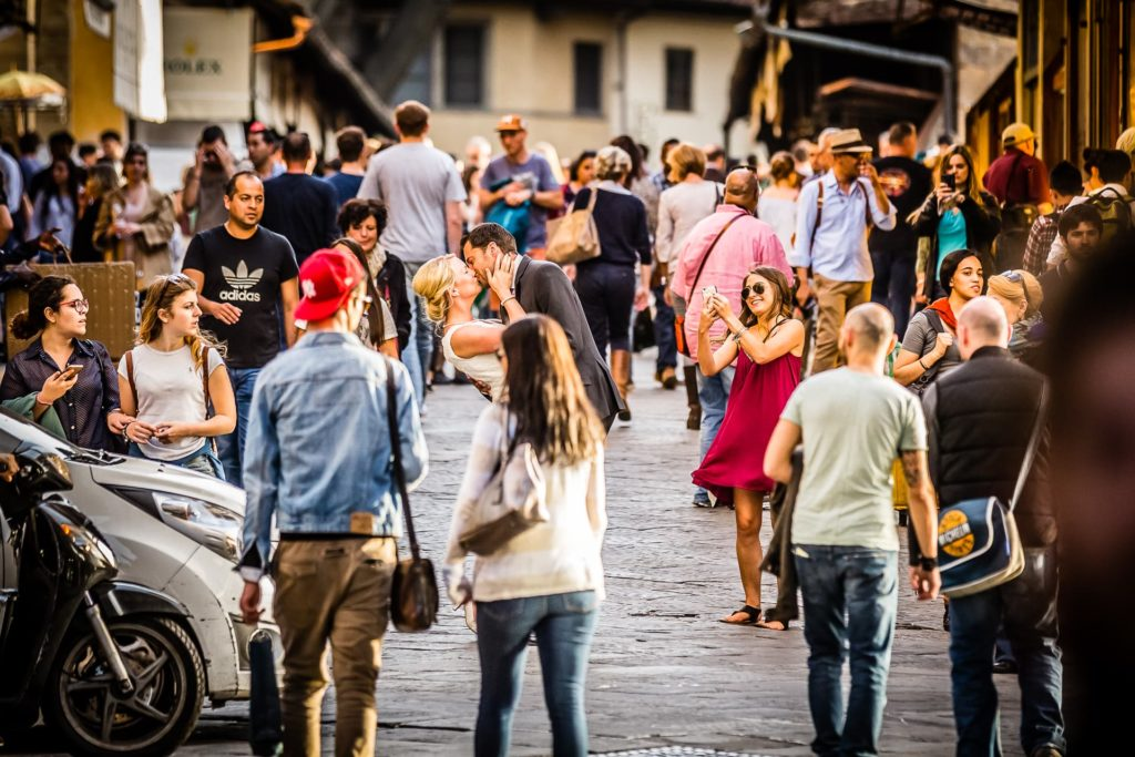 Braut und Bräutigam auf der Ponte Vecchio in Florenz