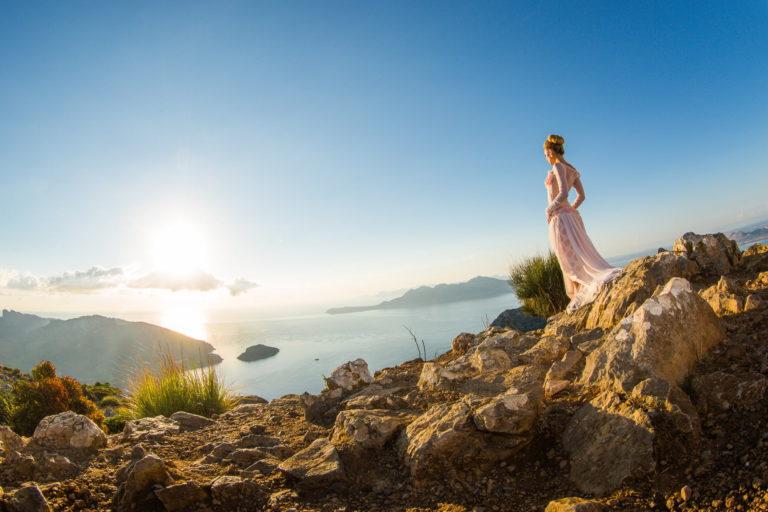 Braut in den Bergen auf Mallorca mit Hochzeitsfotograf Axel Breuer