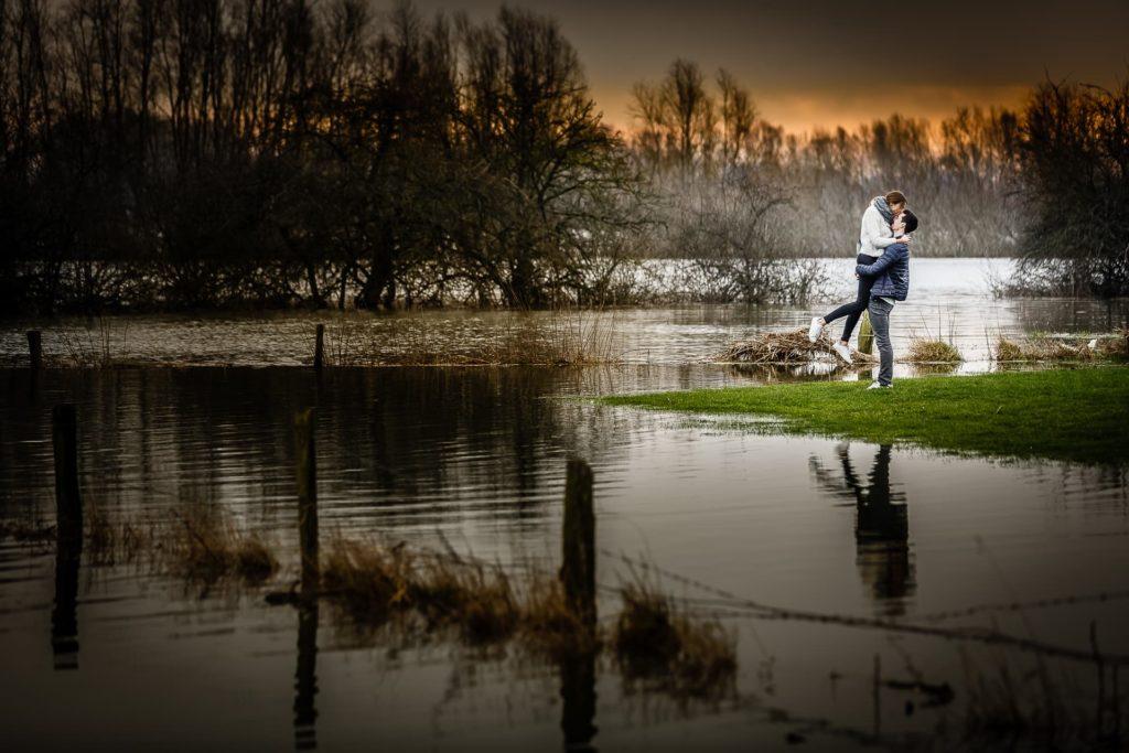 Mutiges Paar bei Rheinhochwasser