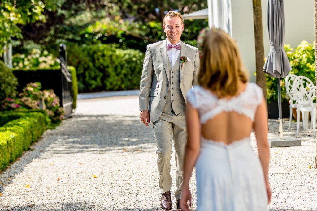 Bräutigam begegnet seiner Braut - Hochzeitsbegleitung durch Fotograf Axel Breuer