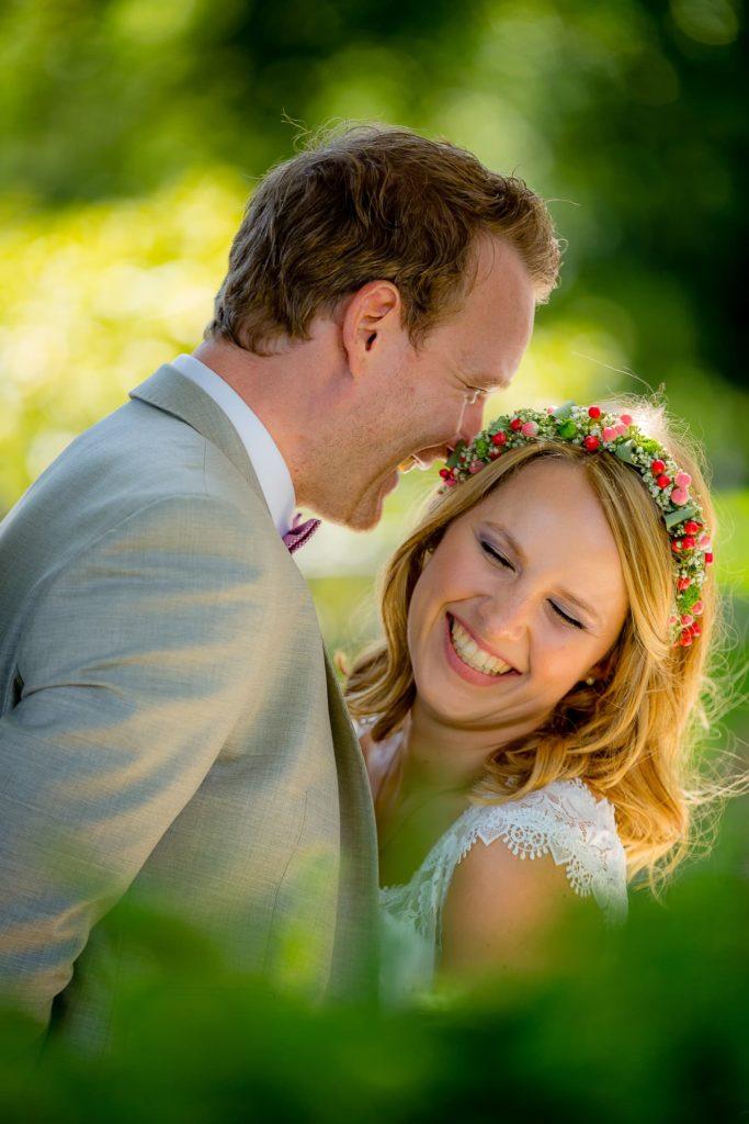 Was der Bräutigam seiner Braut wohl nettes ins Ohr flüstert?