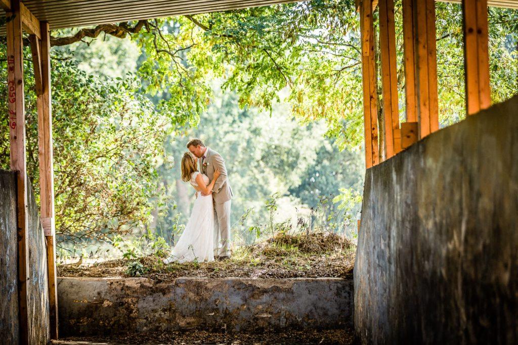 Kurzes Paarshooting von Braut und Bräutigam vor der Zeremonie