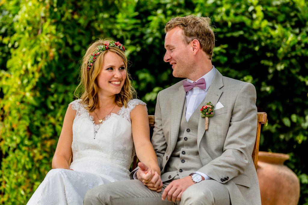 verliebte Blicke des Brautpaares in der freien Trau-Zeremonie