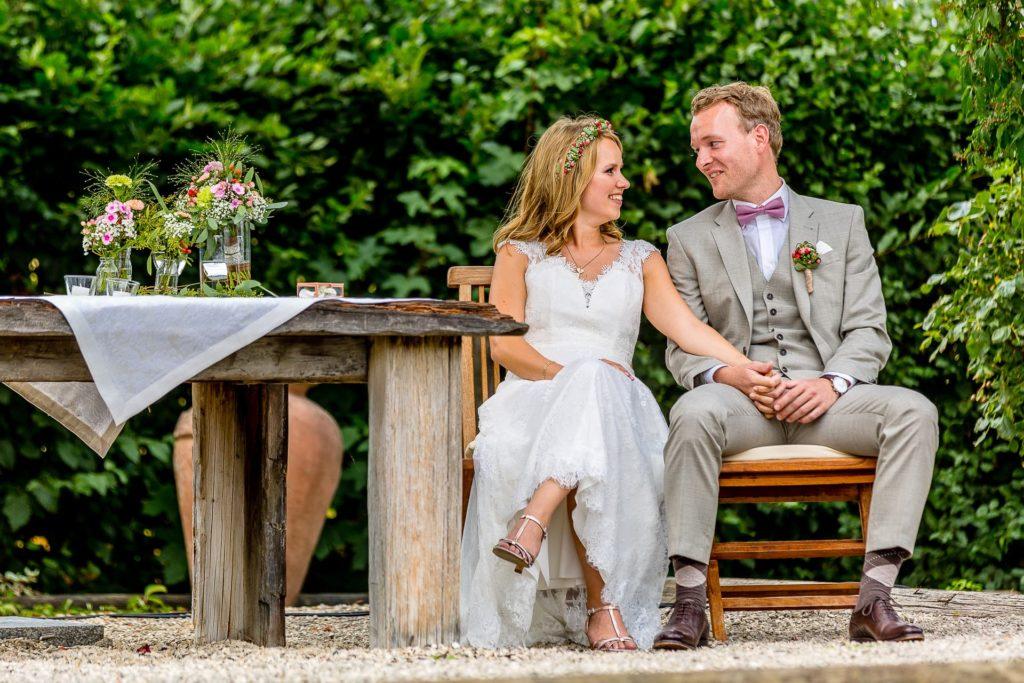 verliebte Blicke während der Trauzeremonie
