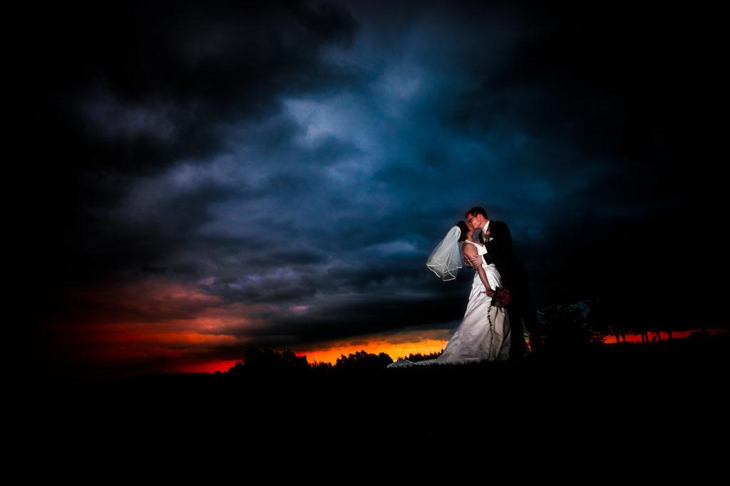 Der Himmel brennt - Paarfoto am Hochzeitstag Axel Breuer-Hochzeitsfotografie