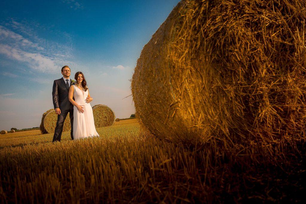 Hochzeitspaar auf dem Feld