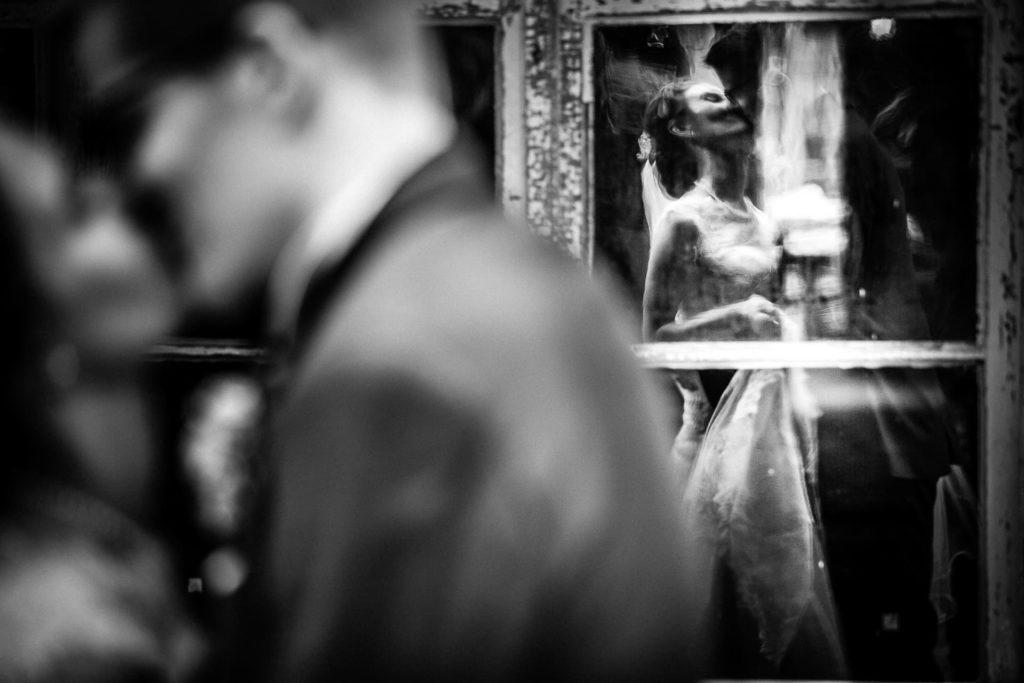 Brautpaar spiegelt sich in Scheibe