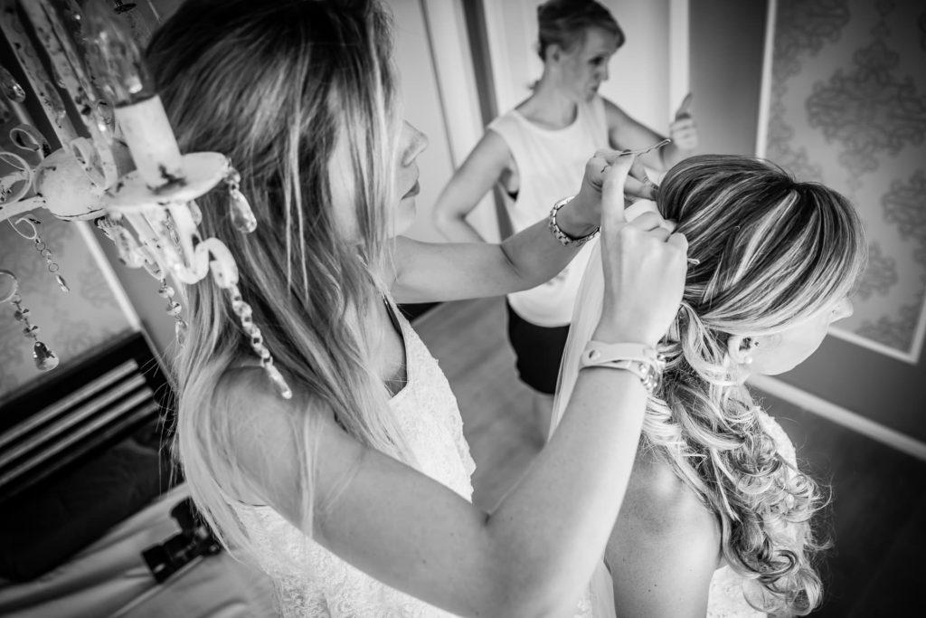 andere Perspektive aufs getting ready - Fotoreportage am Hochzeitstag von Fotograf Axel Breuer