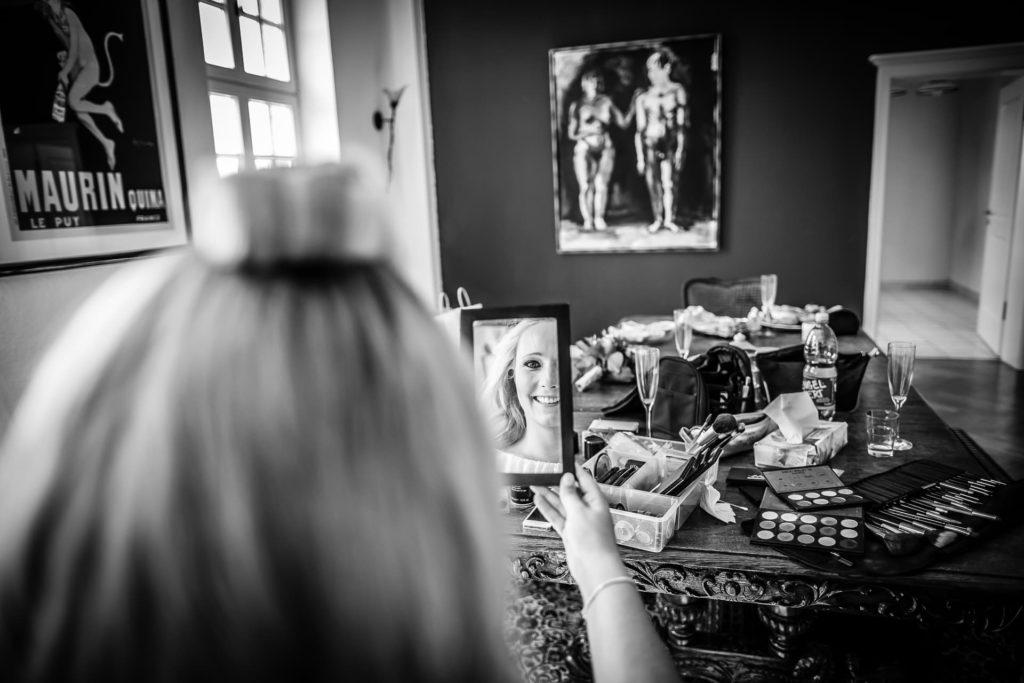 Zufriedenheit im Chaos - Braut im getting ready - Fotoreportage am Hochzeitstag von Fotograf Axel Breuer