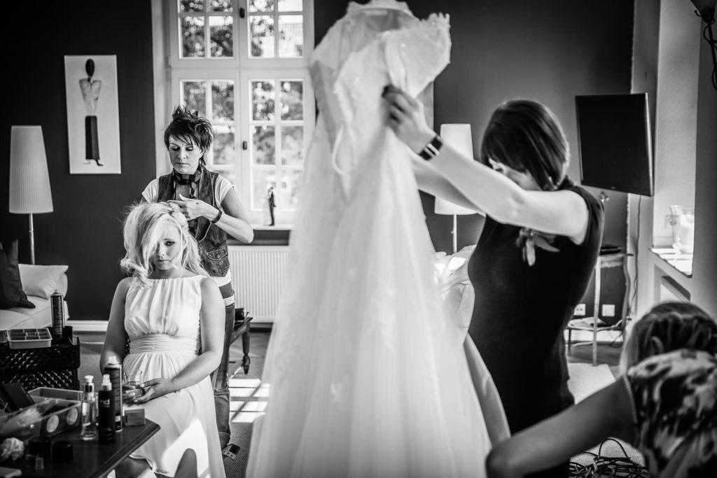 skeptischer Blick der Braut - Fotoreportage am Hochzeitstag von Fotograf Axel Breuer