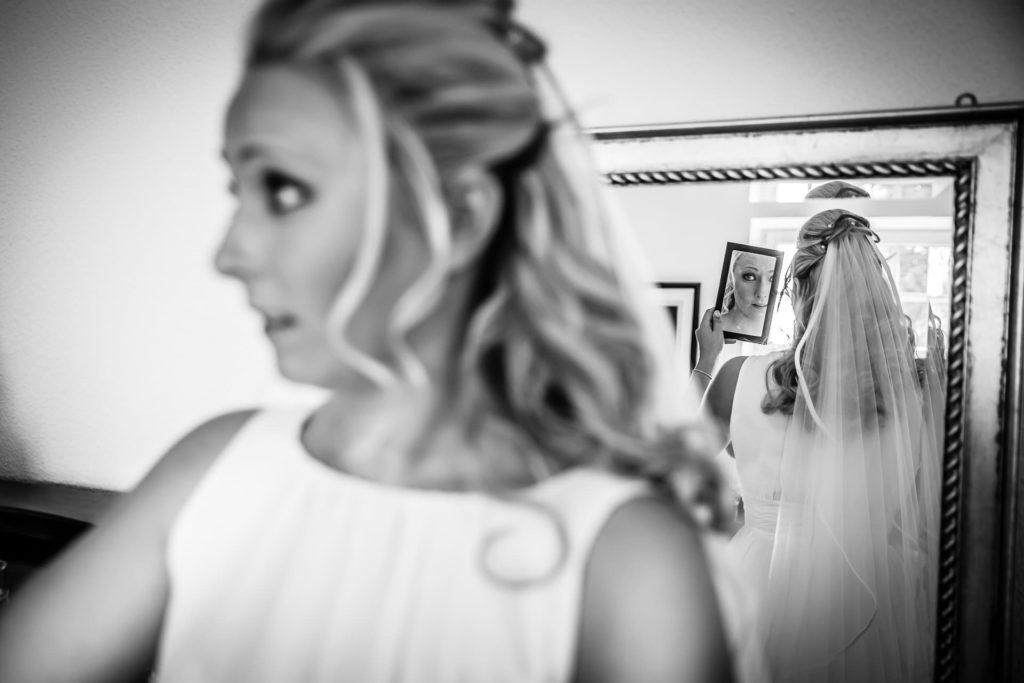 Spiel mit Spiegeln - getting ready - Fotoreportage am Hochzeitstag von Fotograf Axel Breuer