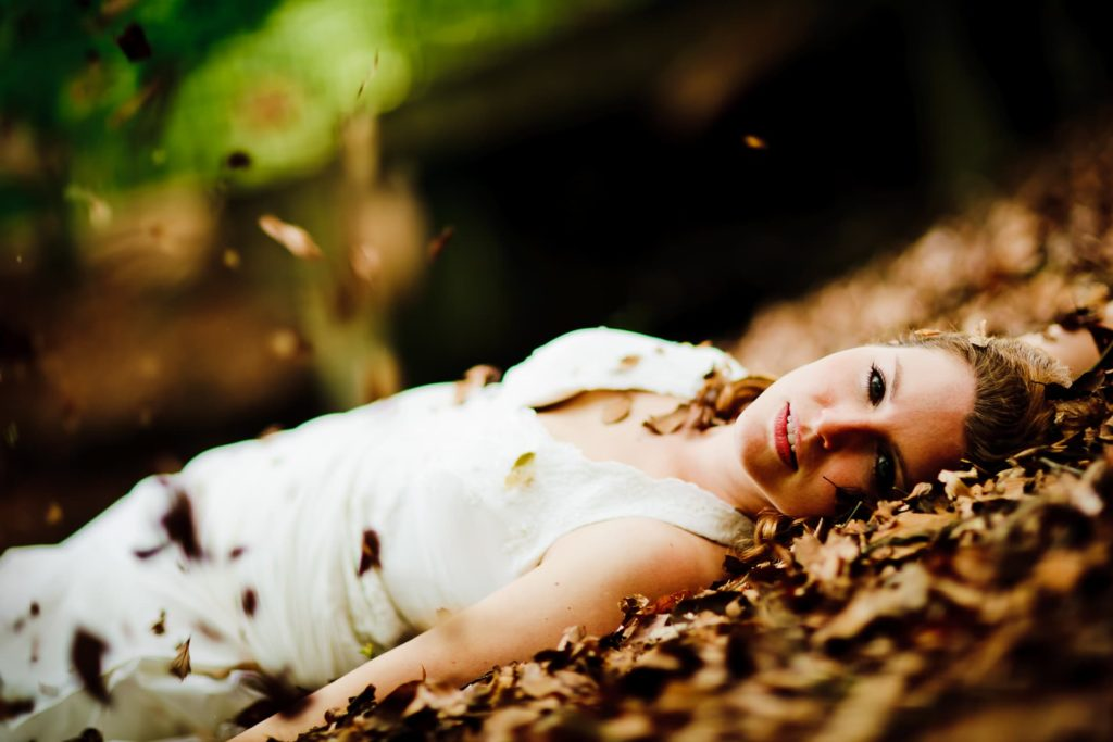 Braut liegend auf dem Waldboden